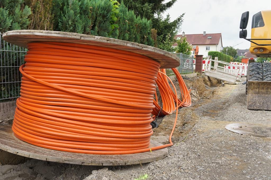 Glasfaser-Kabelrolle auf einer Baustelle; Bildnachweis: Adobe Stock, ThomBal